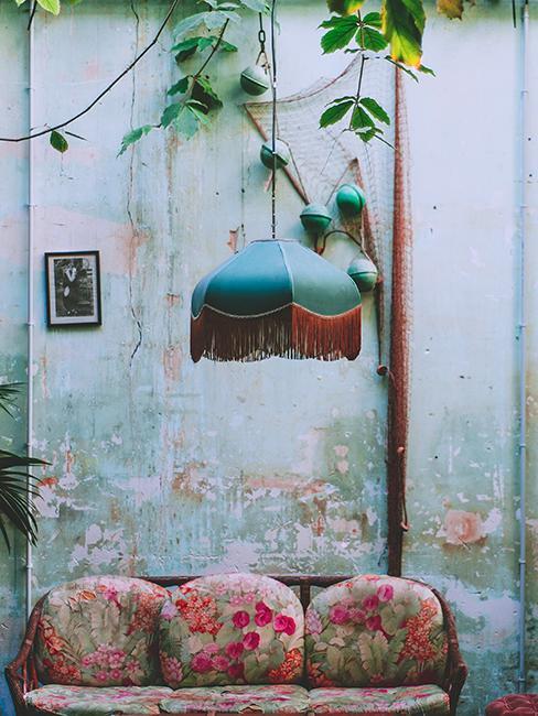 salon z wypłowiałą ścianą z betonu i lampą z aksamitu w stylu art nouveau