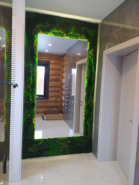 ściana z mchu w nowoczesnym korytarzu