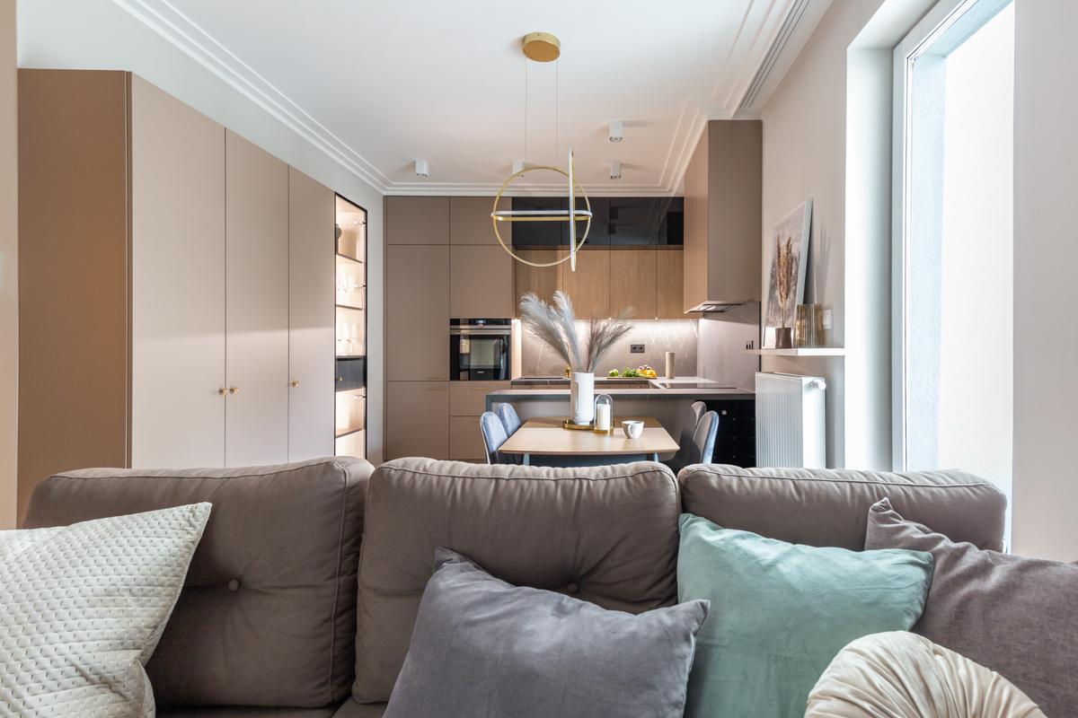 Salon połączony z kuchnią w stylu modern classic
