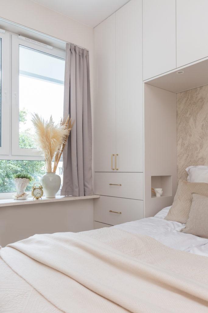 Sypialnia w beżowych odcieniach w stylu modern classic