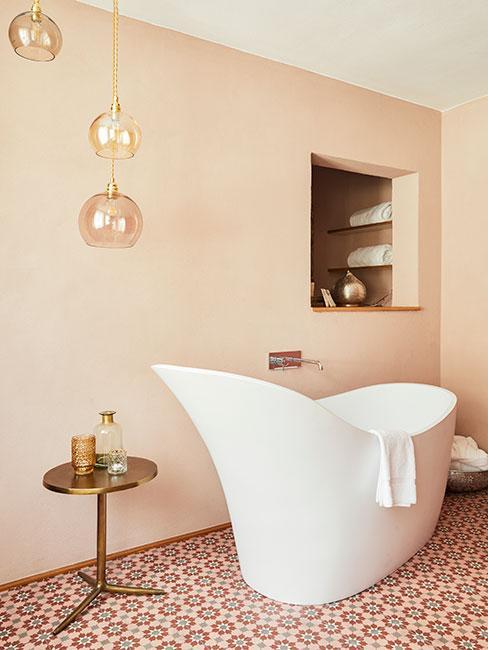 łazienka w stylu mid century modern, duża biała wanna wolnostojąca w ciekawym kształcie, minimalistyczne dodatki, jasna ściana w odcieniu brzoskwiniowym