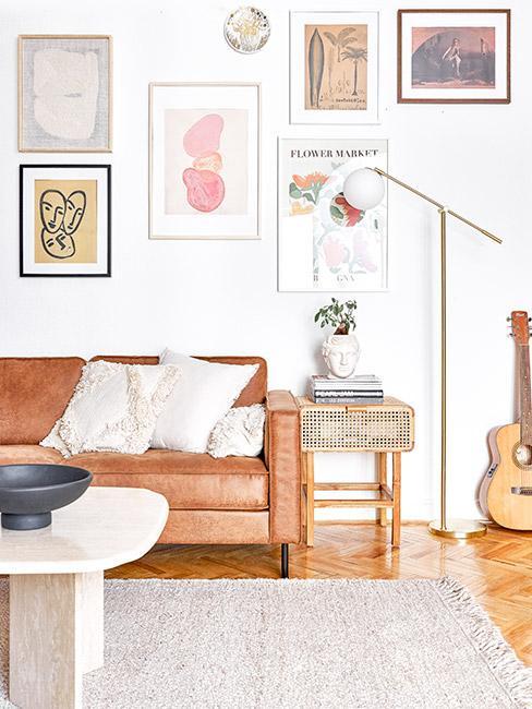 Przytulny salon w stylu mid century modern z kanapa w kolorze terakota, białe dodatki, biała ściana z kolorowymi obrazkami na ścianie
