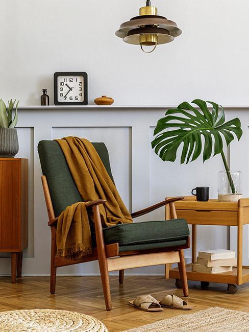 zielony fotel na tle ściany z lamperią w stylu mid century modern