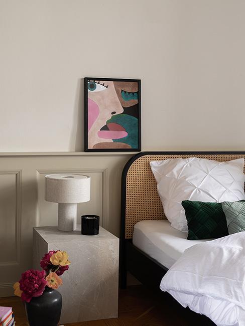 sypialnia z łóżkiem z plecionką wiedeńską z artystycznym obrazem na ścianie