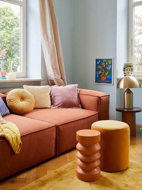 Salon w stylu lat 80 z pomarańczową sofą