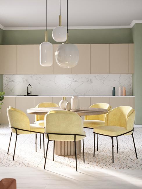 jasna jadalnia z okrągłym stołem i jasnożółtymi krzesłami w stylu memphis
