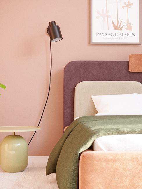 Sypialnia w pastelowych odcieniach z kinkietem nad łóżkiem