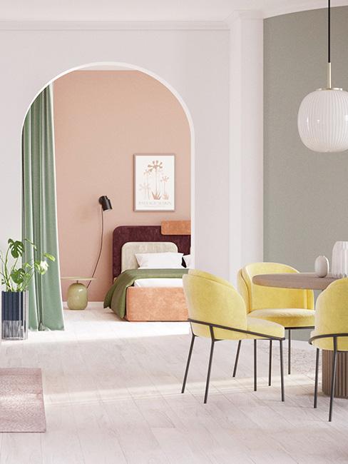 Pastelowa jadalnia z żółtymi krzesłami
