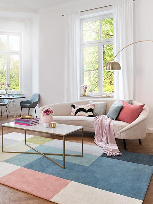 Przestronny salon z kolorowymi akcentami
