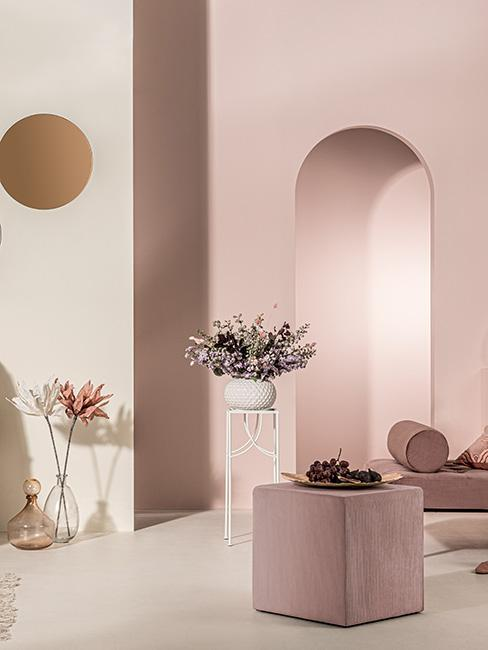 Pomieszczenie w kolorach kremu i różu w stylu lat 80