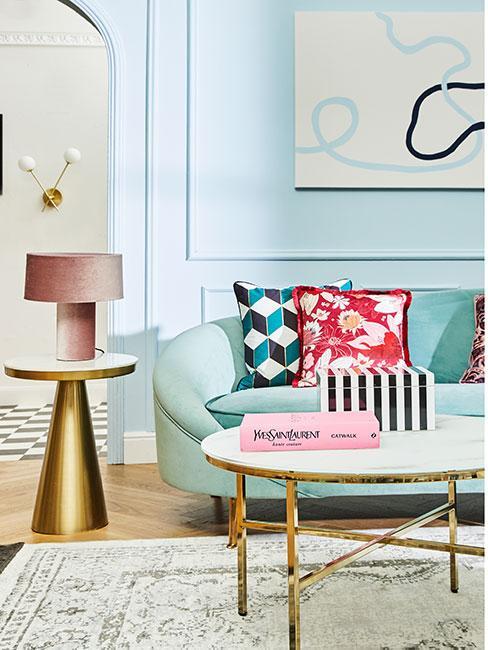 Salon w kolorach niebieskiego ze złotym stolikiem pomocniczym