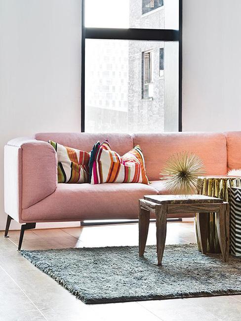 Salon z różową sofą
