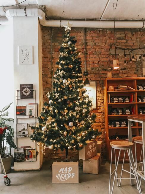 piosenki świąteczne: Wysoko choinka w salonie ustrojona w lampki i inne dekoracje świąteczne