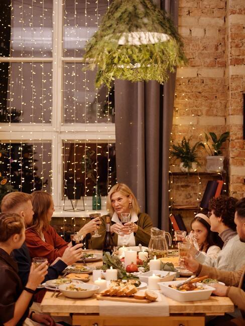 Rodzina siedząca przy wigilijnym stole