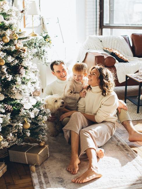 Rodzina siedząca przy choince