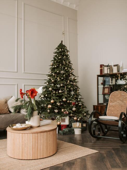tradycje bożonarodzeniowe: choinka w kącie pokoju w salonie, obok sody