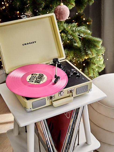 Beżowy gramofon z różową płyta winylową