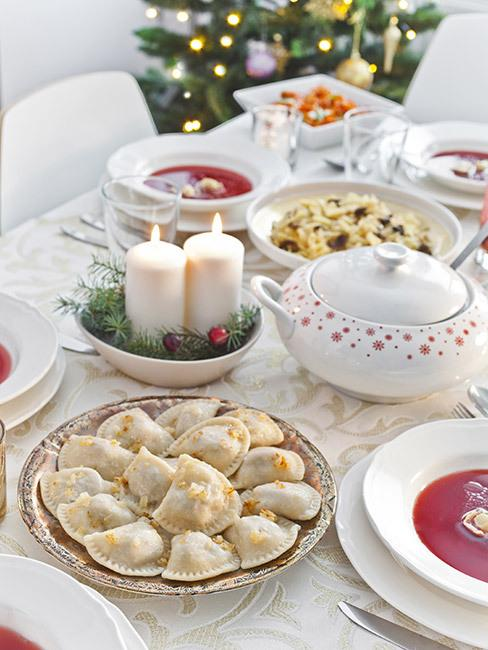 wegańskie święta: wigilijny stół zastawiony pierogami, barszczem czerwonym i innymi przystawkami