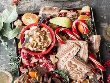 wegańskie święta: Taca pełna słodkich przekąsek i ciasteczek