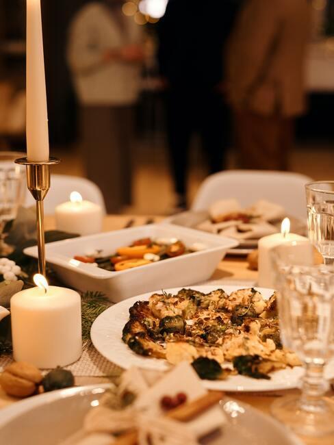 wegańskie święta: Stół wigilijny zastawiony daniam, i ozdobami świątecznymi
