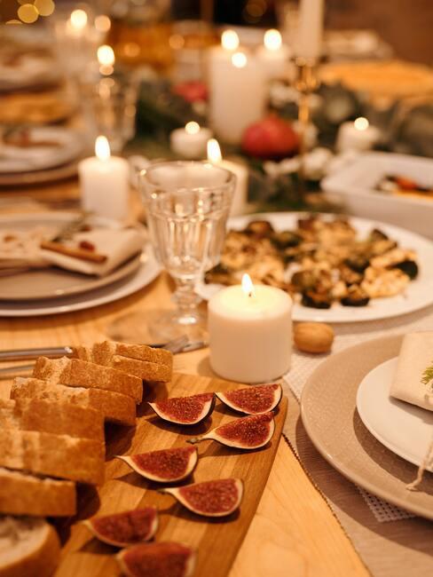 wegańskie święta: Stół wigilijny zastawiony daniami i ozdobami świątecznymi