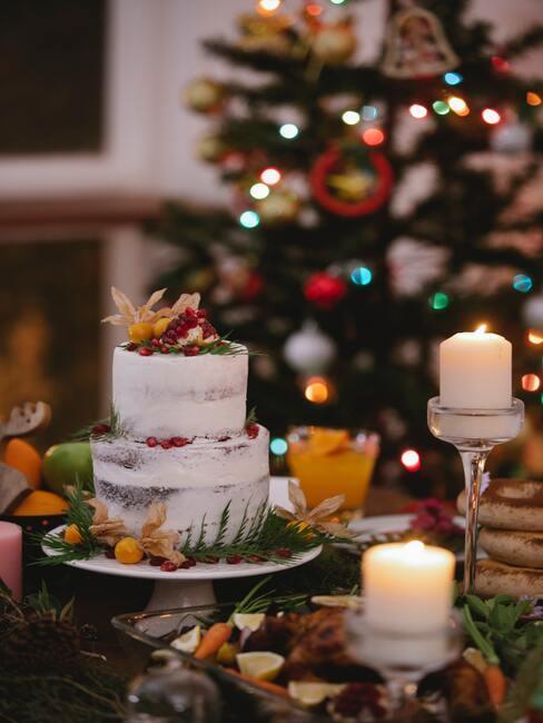 Tort z wegańskich składników na wigilijnym stole, w tle choinka