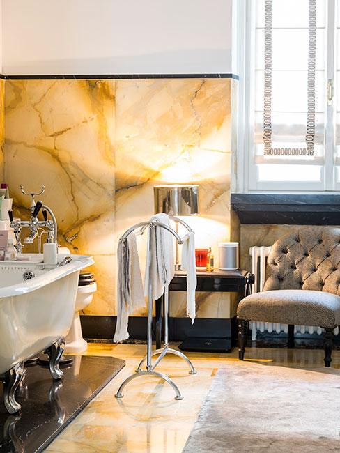łazienka w żółtym marmurze z wanną na lwich nóżkach w stylu art deco