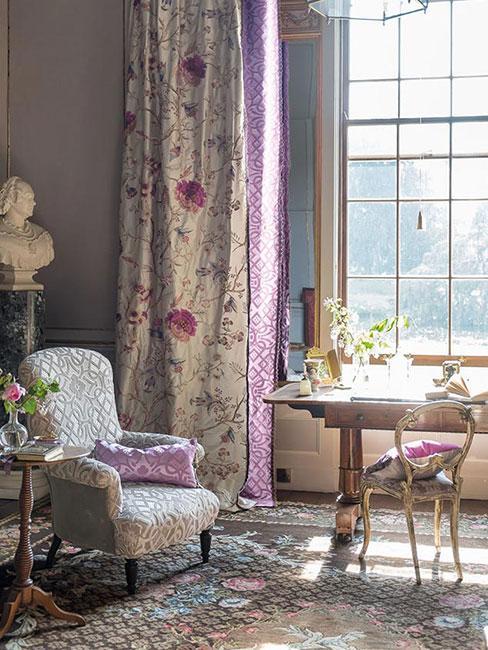 Salon w stylu wiktoriańskim z ciężkimi zasłonami i i meblami w kwiatowe wzory
