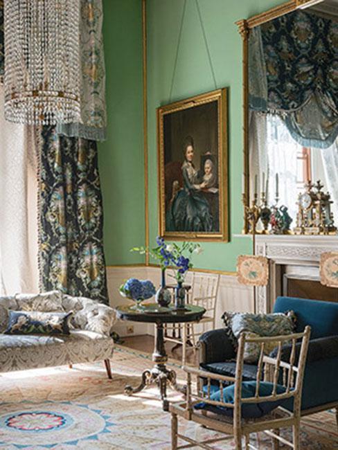 Salon z ieloną ścianą i meblami w stylu wiktoriańskim