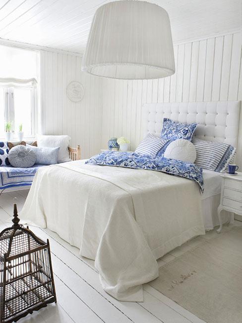 sypialnia w białym drewnie z błękitnymi tekstyliami w stylu marynistycznym