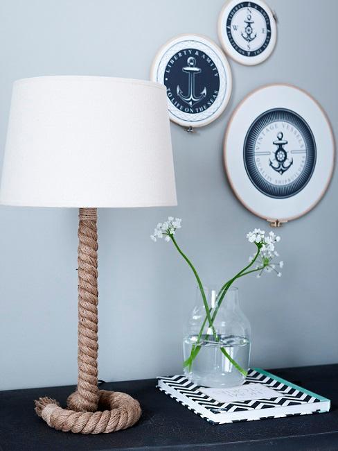 lampa se sznura żeglarksiego na komodzie w salonie w stylu marynistycznym