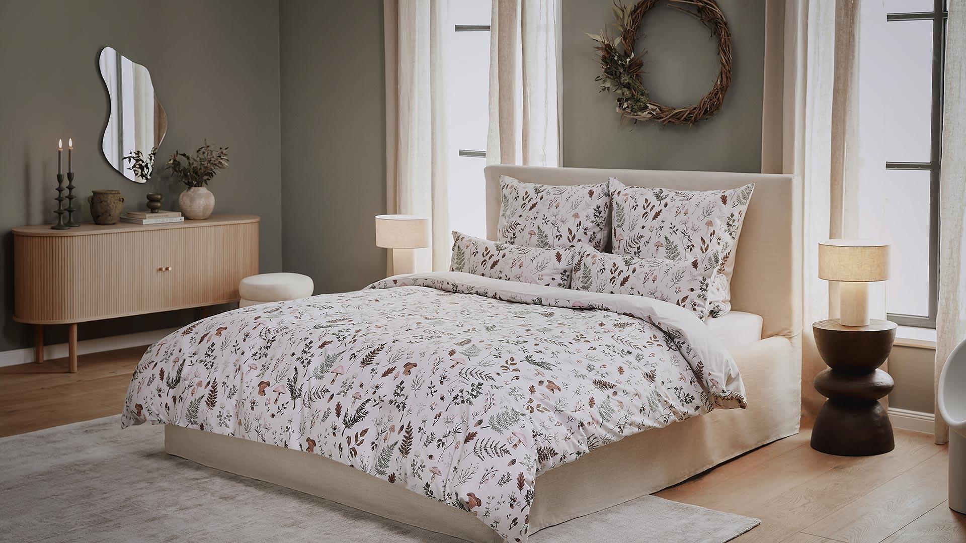 Jasna sypialnia w stylu rustykalnym ze świąteczną pościelą