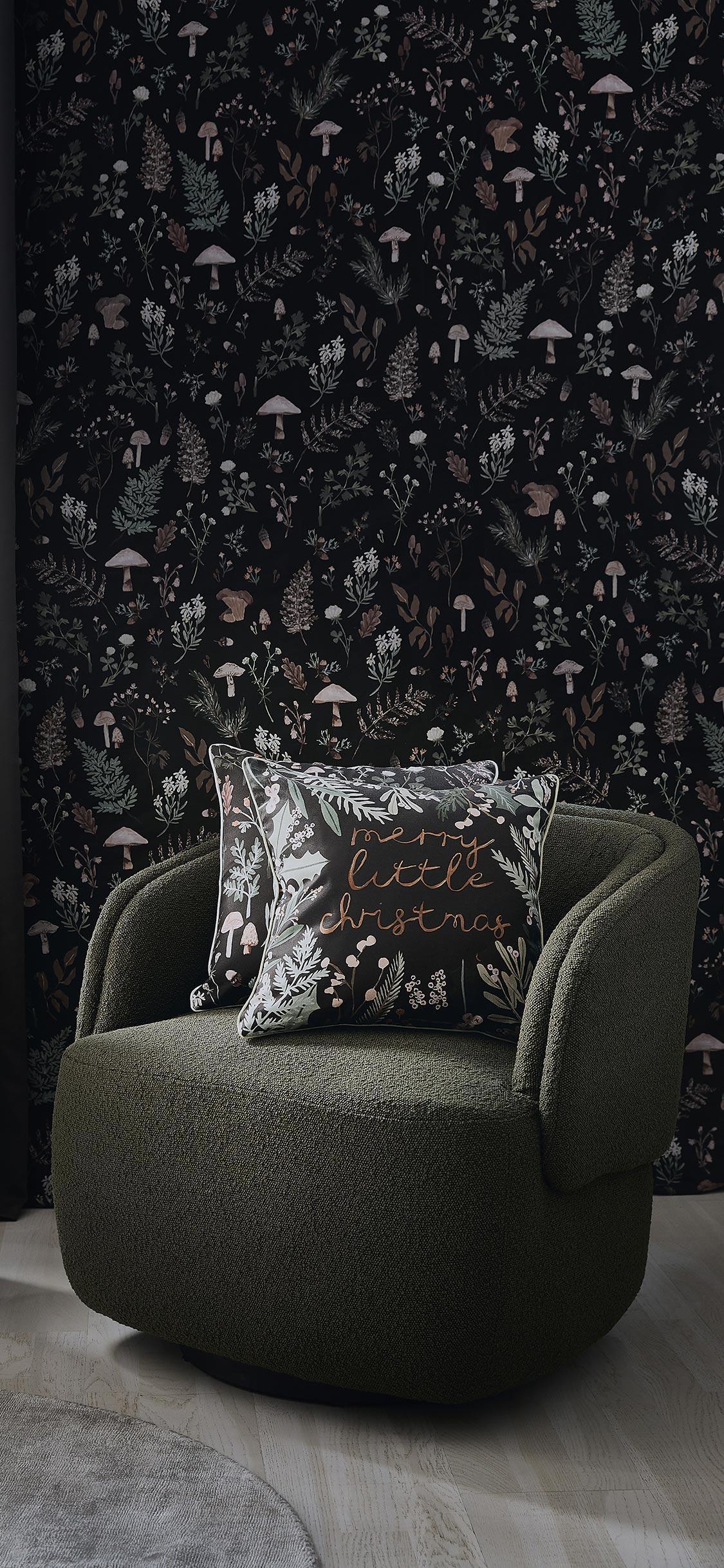 Tło świąteczne na telefon ze zdjęciem ciemnego salonu z zielonym fotelem i czarną tapetą w drobne kwiaty