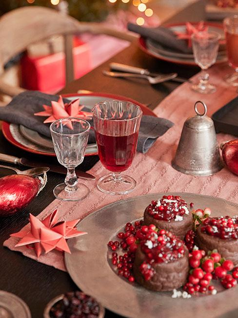Stół wigilijny w czerwieni ze złotymii sztućcami