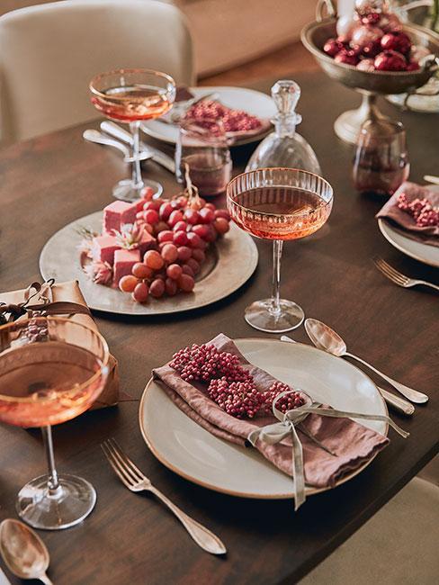 Stół wigilijny t talerzykami z kamionki z czerwonymi serwetkami