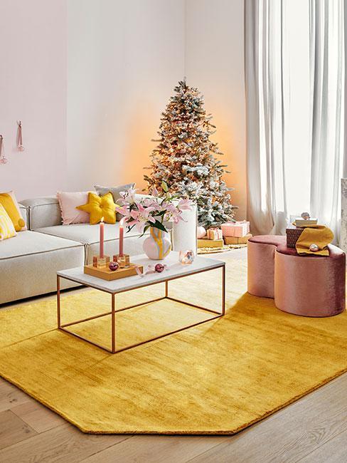 Pastelowy salon świąteczny w żółtym i różu