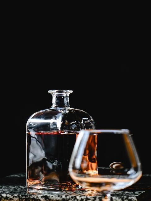 co kupić na dzień chłopaka: Ozdobna karafka na whisky na czarnym tle