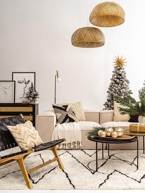 Kącik w świątecznym salonie w stylu boho ze stroikiem bożonarodzeniowym z bombek i gałązek na stoliku kawowym