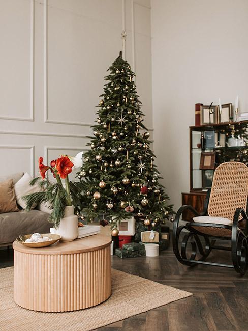 elegancki salon w kamienicy z fotelem bujanym z plecionki wiedeńskiej i choinką ze złotymi i srebrnymi dekoracjami