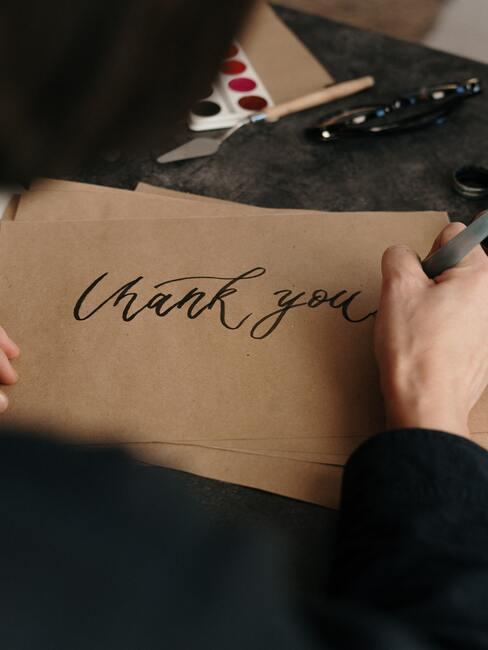 """życzenia na dzień chłopaka: Osoba pisząca na kartce """"dziękuję"""""""