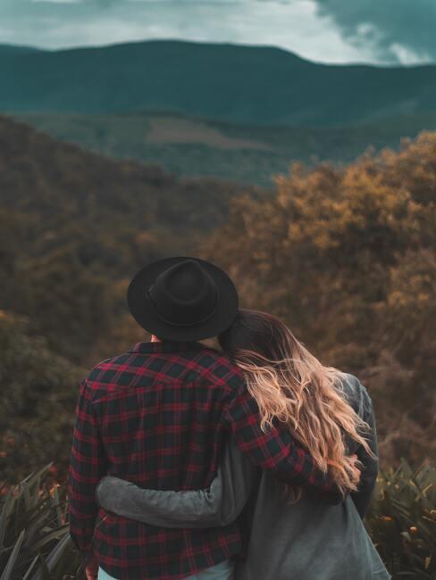 Przytulająca się para na na tle górskich szczytów