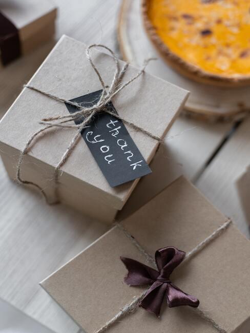 życzenia na dzień chłopaka: prezent zapakowany szary papier z czarną plakietką