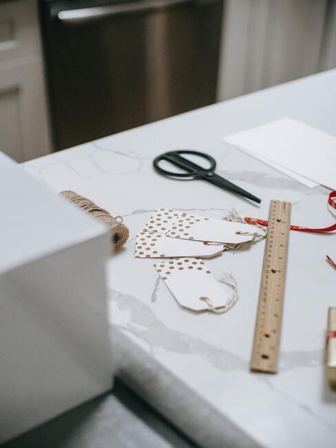 Stół z przygotowanymi dekoracjami do dekorowania kartki świątecznej