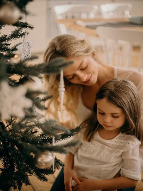 życzenia mikołajkowe: Kobieta razem z małą dziewczynką za choinką