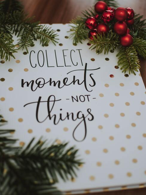 """życzenia mikołajkowe: Biała kartka w złote kropki z napisem """"kolekcjonuj momenty nie rzeczy"""""""