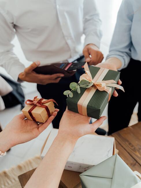 Współpracownicy obdarowywujący się małymi prezentami