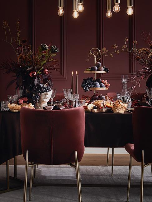 Stół pełen przepychu z bordowymi krzesłami udekorowany w barokowym stylu