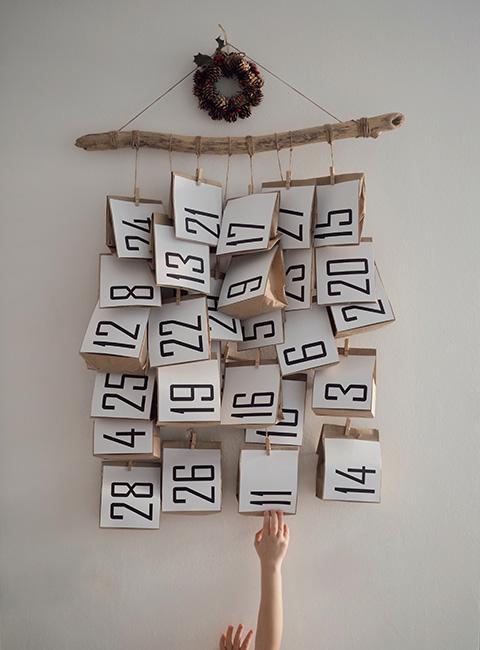 Kalendarz adwentowy na ścianie z papierowymi torebkami