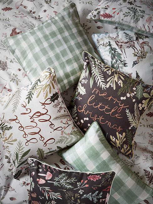 Poduszki świąteczne ze wzorami kwiatowymi i napisami