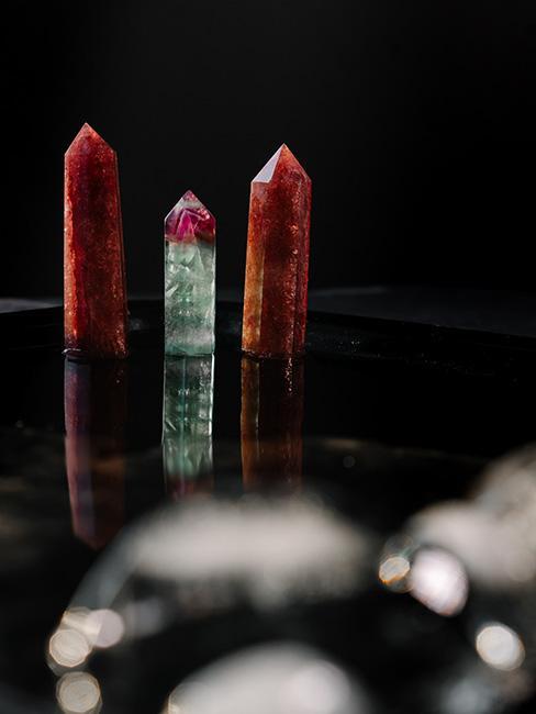 kolorowe kryształy na ciemnym stole
